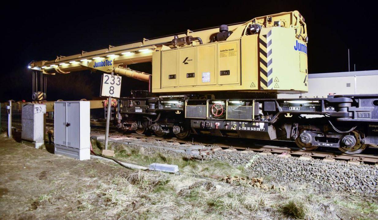 Lärm gedämmte Sondermaschinen arbeiteten im Bahnhof von Keitum