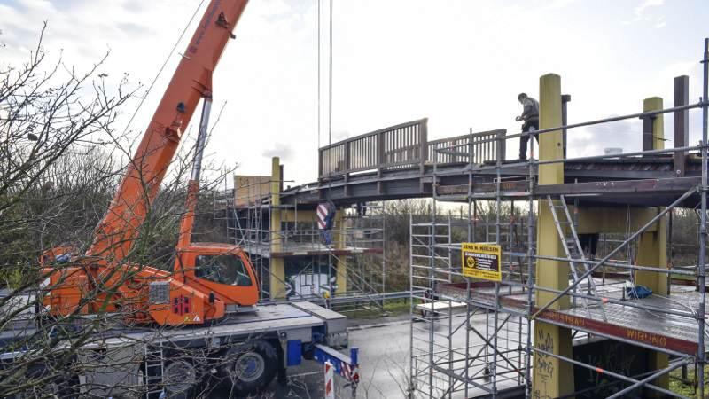 Fußgänger- und Radfahrerbrücke L24 Sylt ist wieder eingehängt