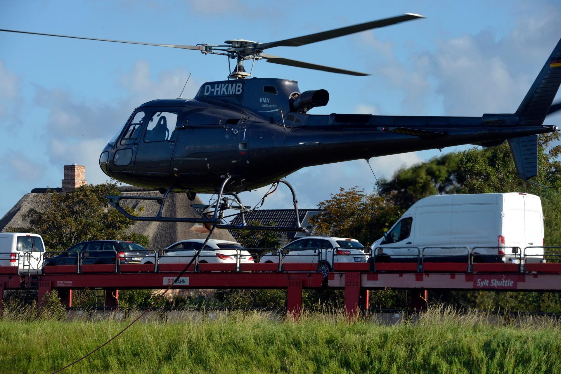 Hubschrauber stellt Signalmasten in Keitum auf Sylt auf