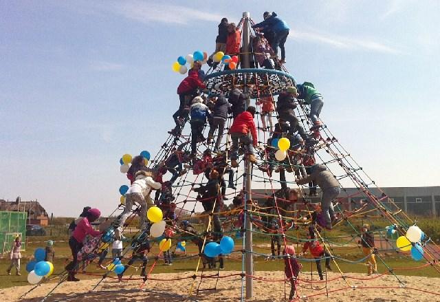 Kinder sind begeistert vom Spielplatz