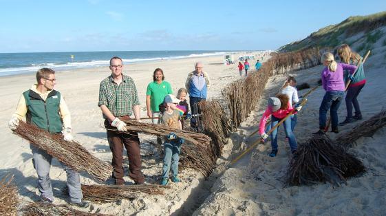 Grundschüler auf Sylt beim Küstenschutz