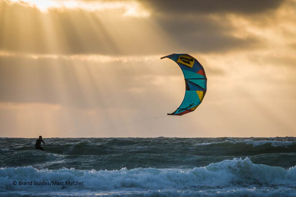 Kitesurfen vor Sylt bei Sonnenuntergang