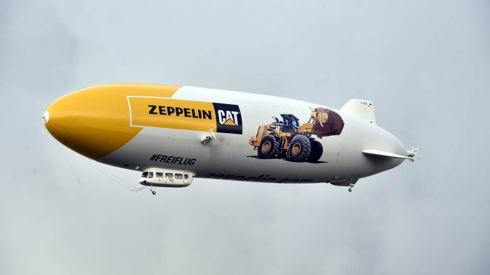 Ein seltenes Bild: Ein Zeppelin fährt  über Sylt
