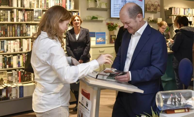 Signierstunde auf Sylt mit Hamburgs Bürgermeister Olaf Scholz