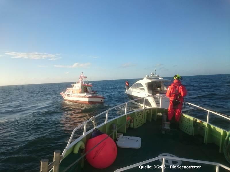 Gemeinsam gelang es den Seenotrettern von Sylt mit dem Seenotrettungsboot HORST HEINER KNETEN und dem Seenotrettungskreuzer PIDDER LÜNG den Havaristen flott zu halten