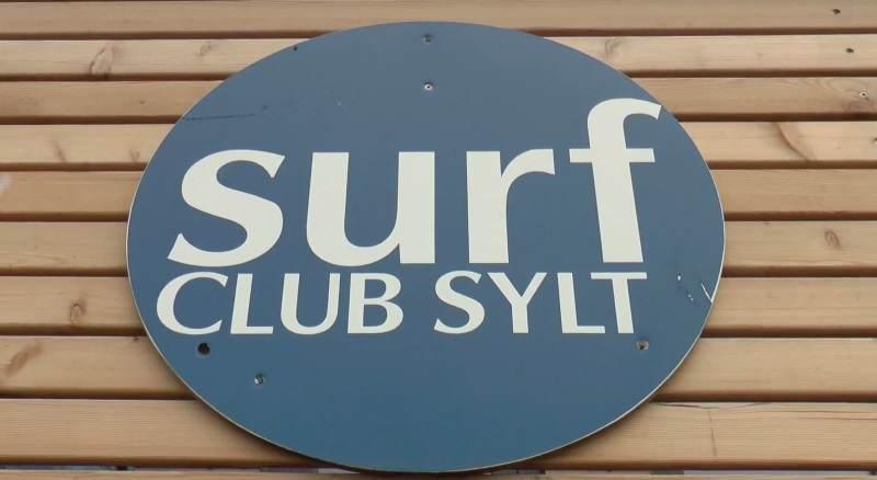 Das Logo des Surf Club Sylt am neuen Vereinsheim am Brandenburger Strand