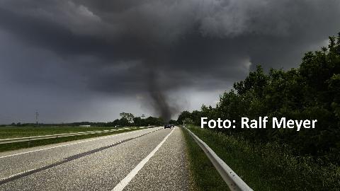 Tornado auf der B5 nahe der Sylt-Shuttle Verladestation in Niebüll