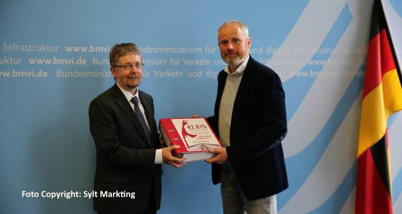 Moritz Luft übergibt Petition an Vertreter des Bundesverkehrsministeriums