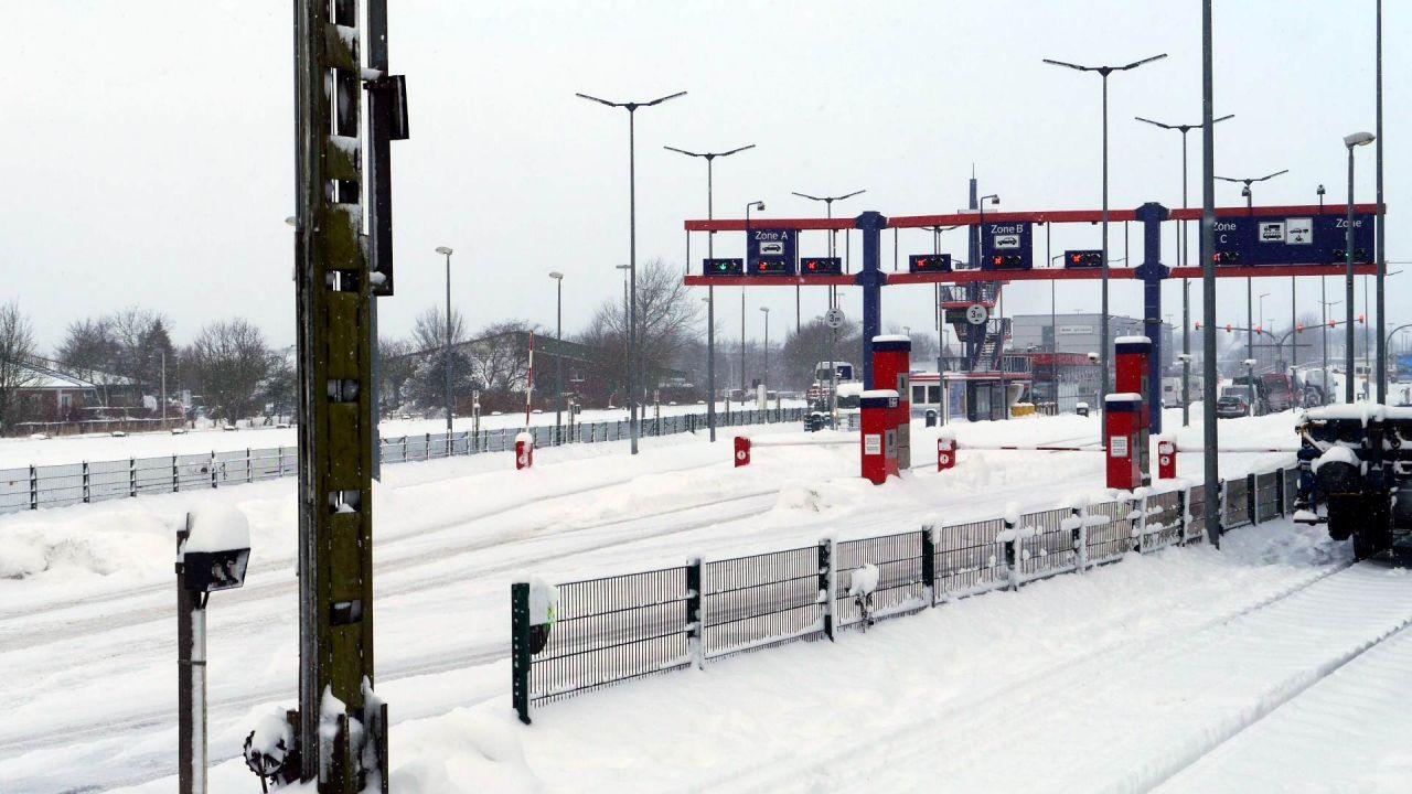 Schnee und Schneeverwehungen bei der Autoverladung in Niebüll