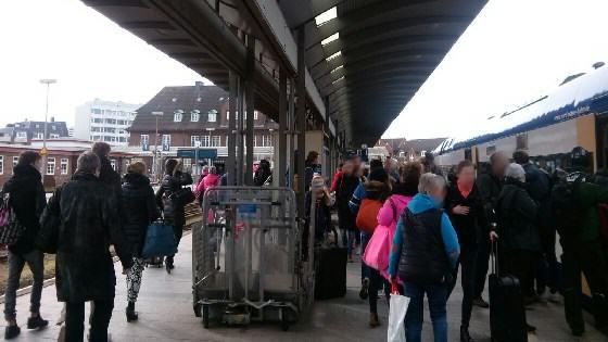 Wenn Schulklassen reisen, sind die Bahnsteige leider oft überfüllt