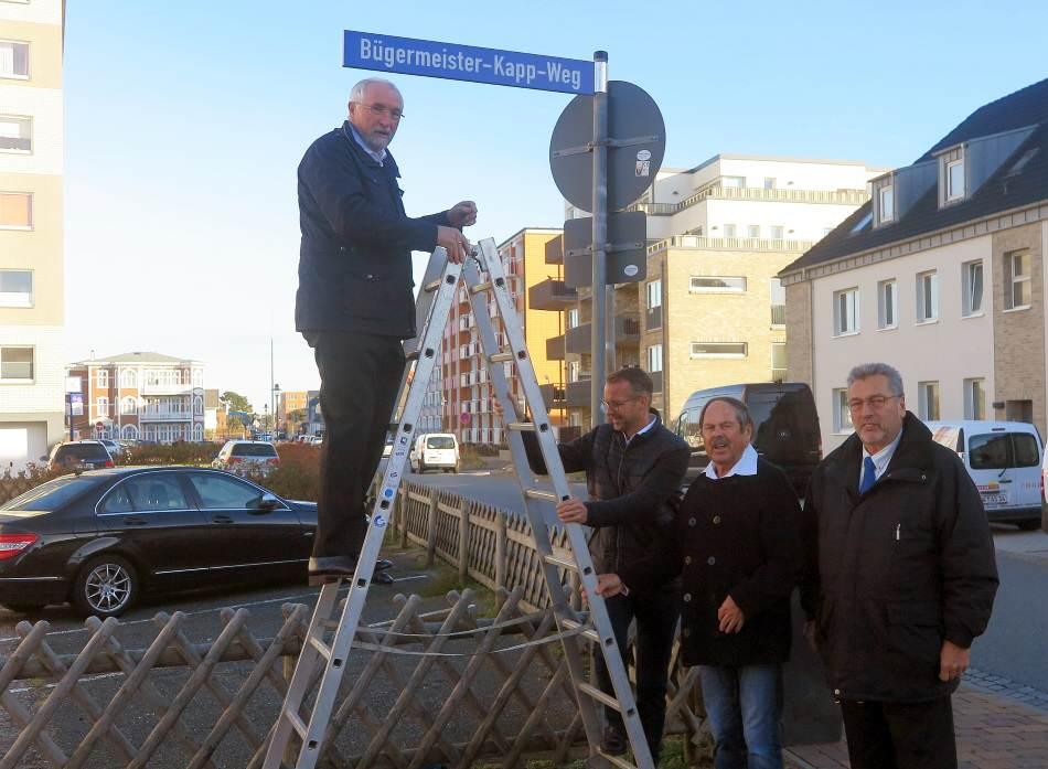Im Beisein von Logenbruder Gerd Heiden, Bürgervorsteher Peter Schnittgard und Bürgermeister Nikolas Häckel enthüllte Logenmeister Jochen Lemke das neue Straßenschild