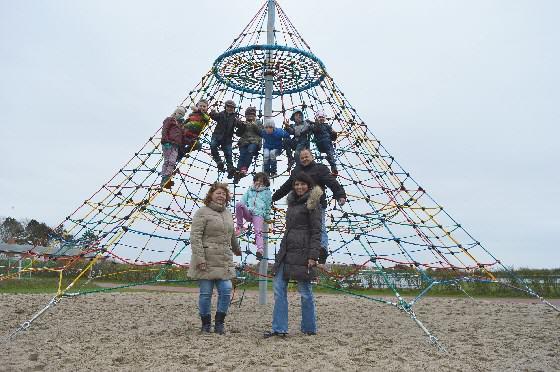 Gemeinsam mit den Kindern freuen sich Bürgermeisterin Katrin Fifeik, Schulleiterin Christel Glöckner und Hausmeister Peter Spiegel über die Neuerungen auf dem Spielplatz – darunter diese Kletterpyramide