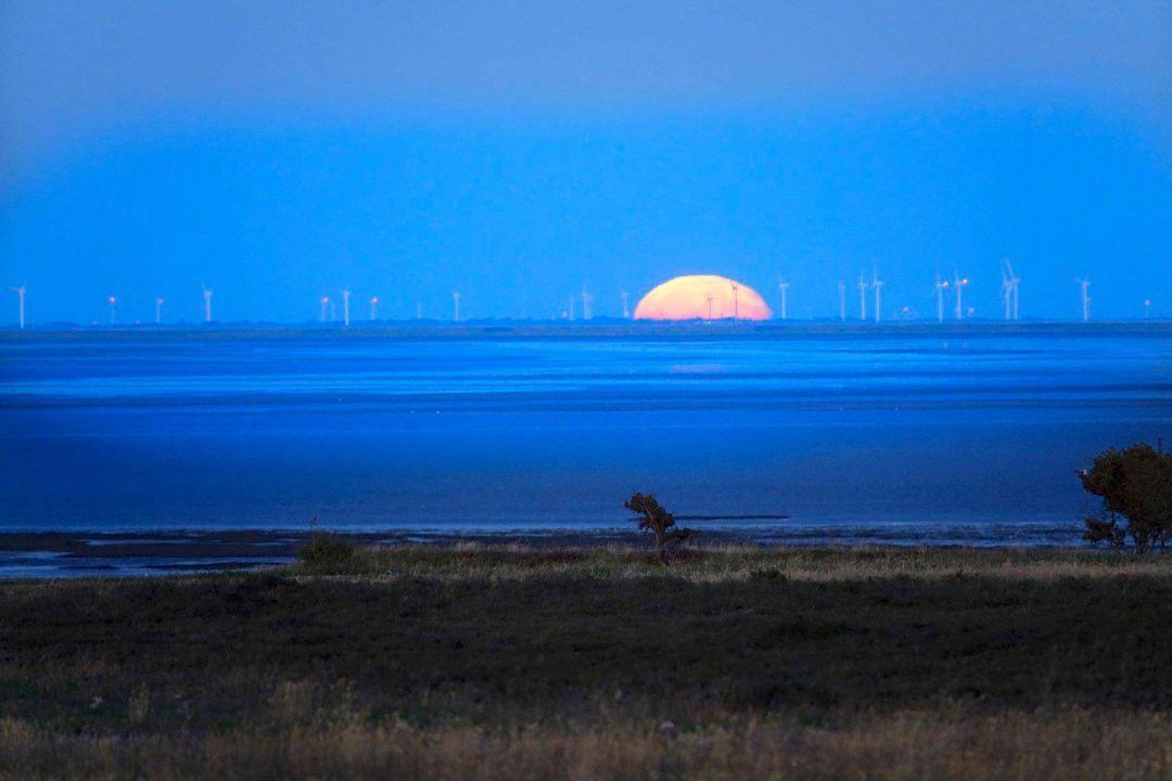 Spektakulärer Mondaufgang über der Nordsee vor Sylt