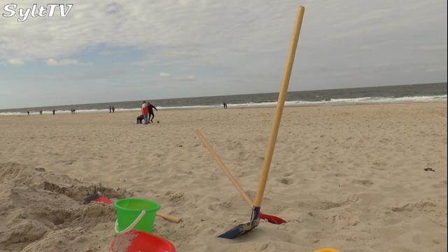 Natürlich dürfen Kids auf Sylt am Strand mit Eimer und Schaufel spielen