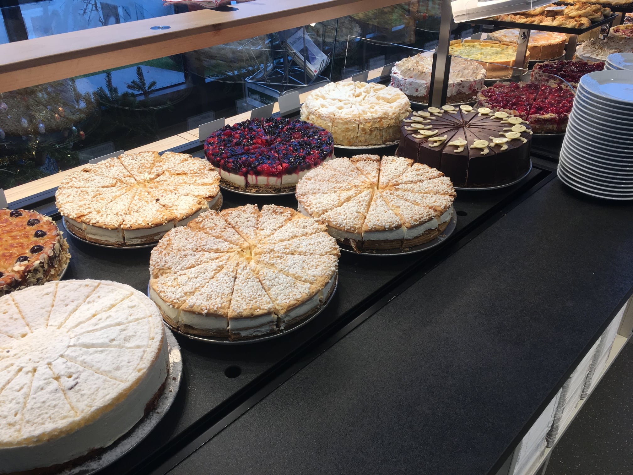 Hier gibt es ein Kuchen- und Tortenbuffet das sich wahrlich sehen lassen kann