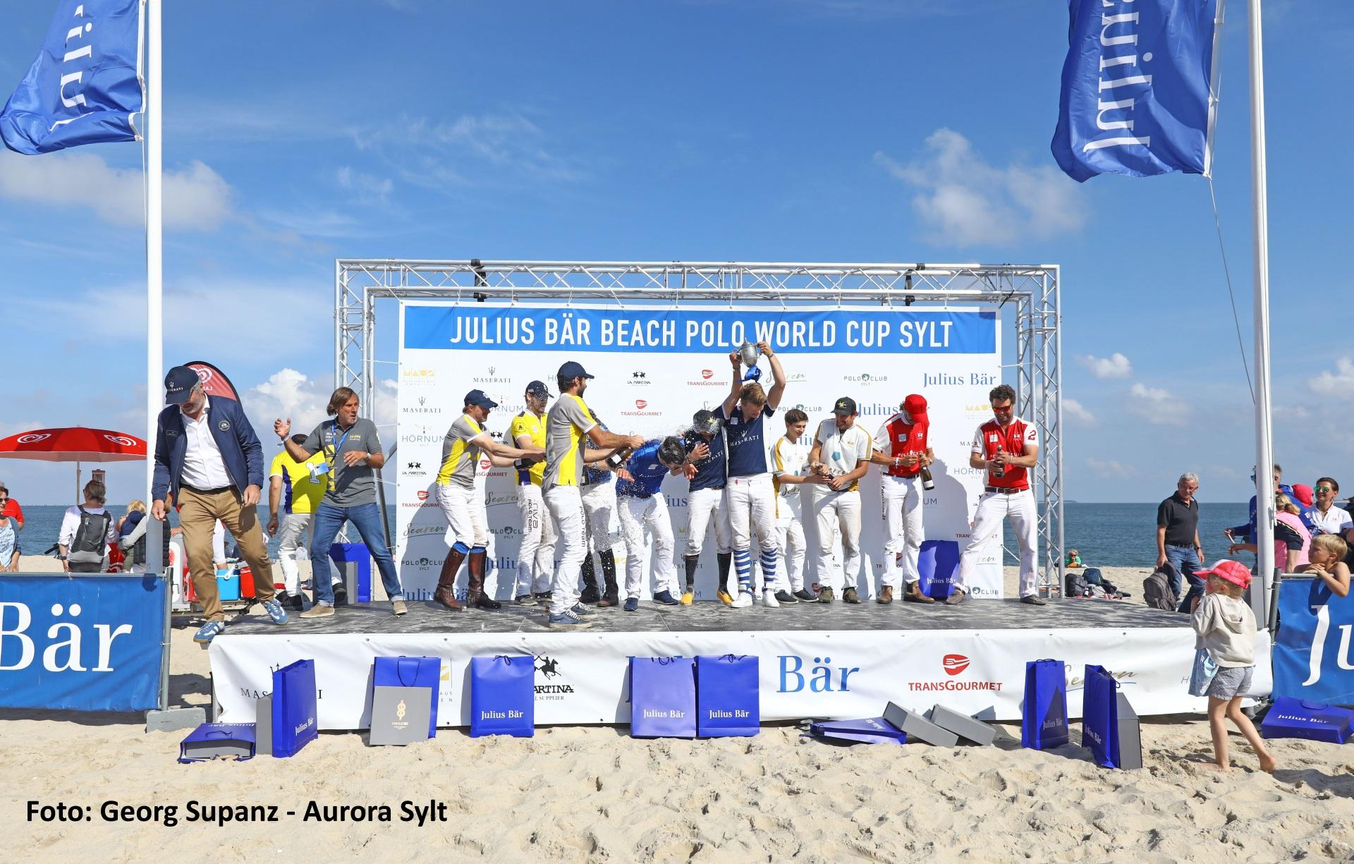 Ausgelassene Stimmung bei der Siegerehrung des Beach Polo Turniers 2019 auf Sylt