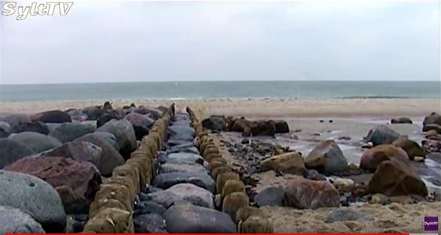 Historische Buhnen sind auf Sylt bei Niedrigwasser zu sehen