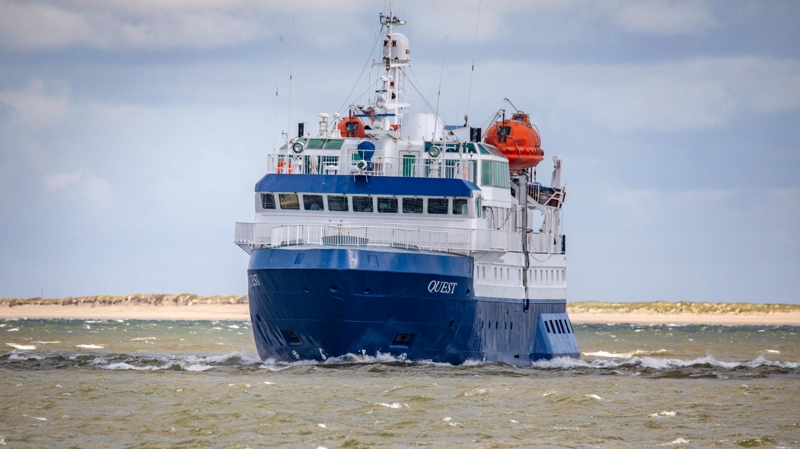 Die MS Quest ist im nordfriesischen Wattenmeer unterwegs