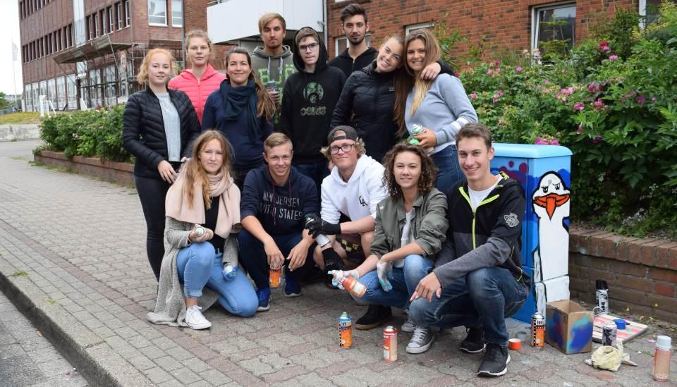 Die Kreativen in der Stephanstraße vor einem ihrer Werke: die Schülerinnen und Schüler von Juliane Kotterba