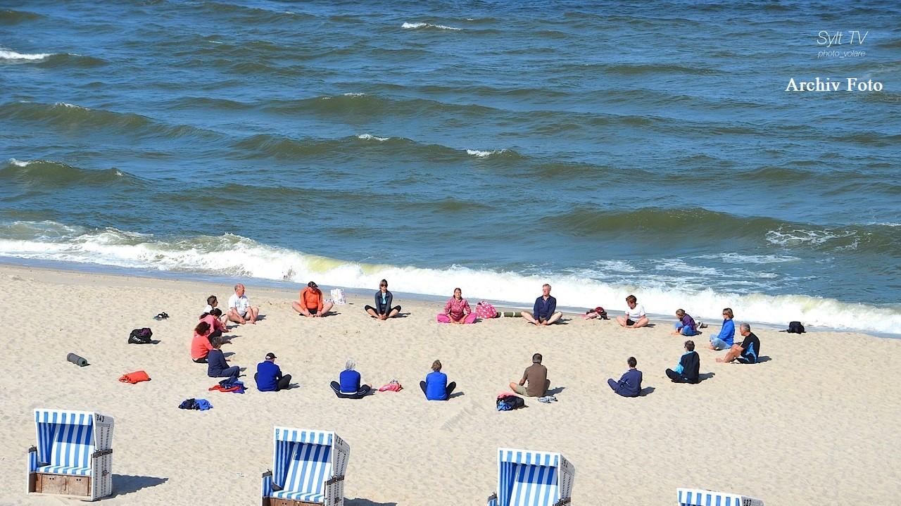 Ein Archiv Foto von einer Strand-Yoga Gruppe auf Sylt