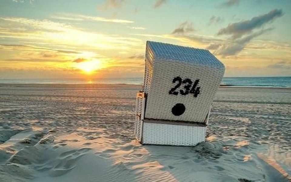 Sylter Strandkorb im Sonnenuntergang > 31 Webcam Sylt Live-Bilder aus Westerland, Wenningstedt & Co | Sylt TV >