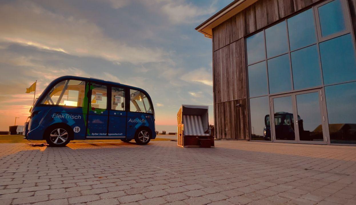 Der autonom fahrende Bus, der sonst durch Keitum cruised, die jetzt in Wenningstedt als Schnelltestzentrum