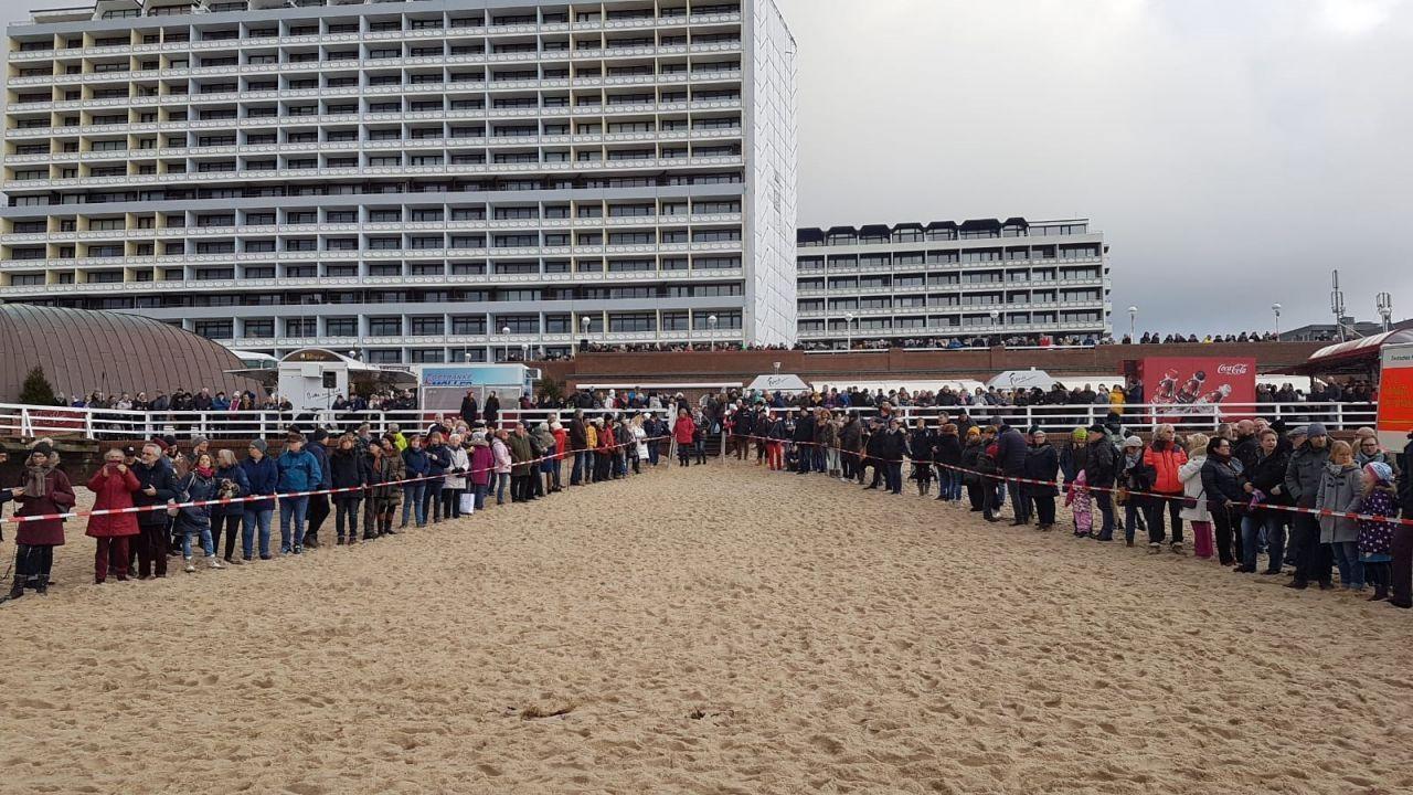 Auch in diesem Jahr kamen wieder viele Schaulustige an den Westerländer Strand