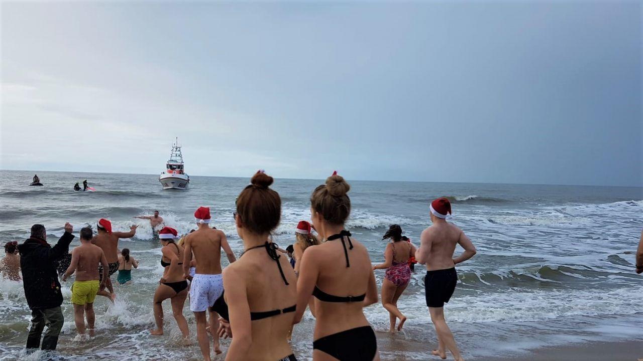 Wer hier am 2. Weihnachtsfeiertag baden geht, darf keine Frostbeule sein.