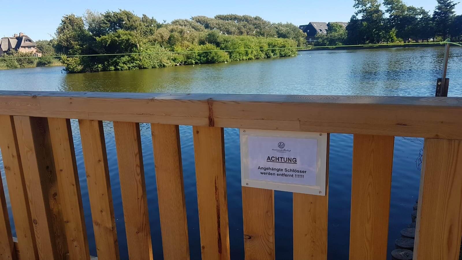 Schlösser anhängen ist an der Wenningstedter Dorfteichbrücke verboten