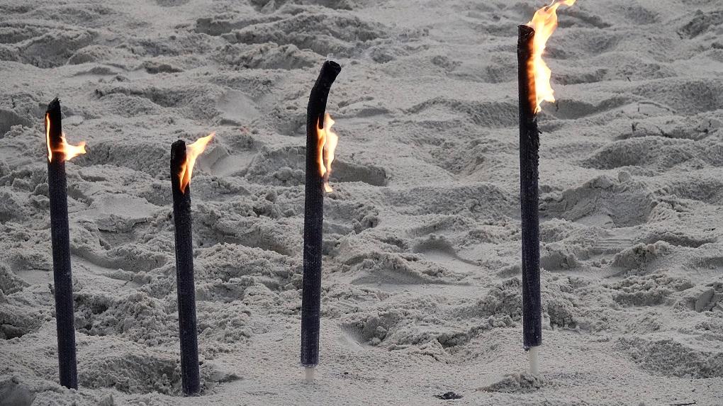 Fackeln im Sand der seit Wochen verwaisten Sylter Stränden> Auch auf Sylt wurden Licht-Zeichen gesetzt #lichtzeichensetzen | Sylt TV >