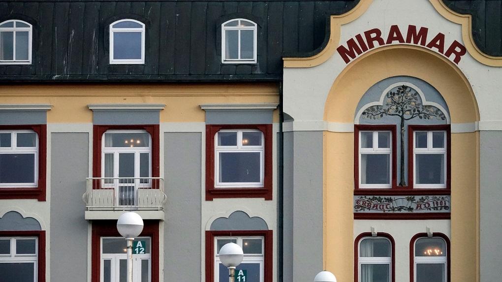Im Westerländer Hotel Miramar war das Licht in den leeren Zimmern zu der Zeit eingeschaltet, um ein Zeichen zu setzen