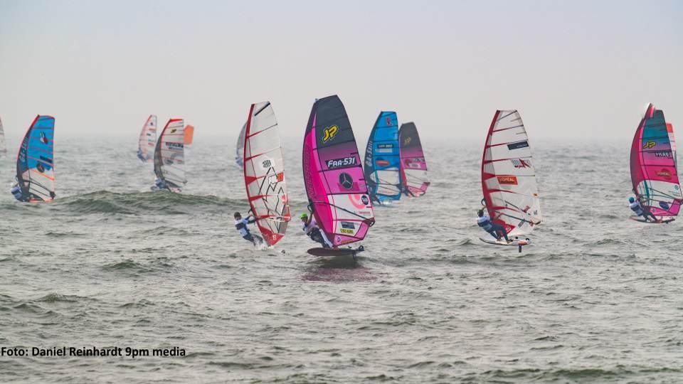 Im Foil können die Sportler bereits bei wenig Wind starten