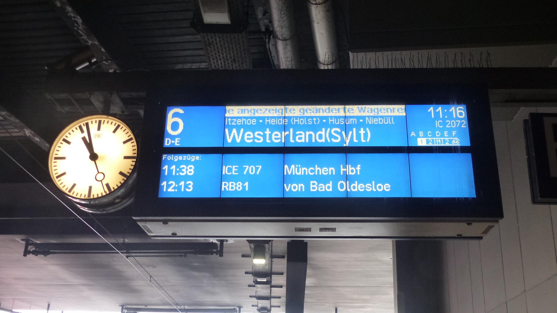 Die Bahnhofstafel zeigt das Urlaubsziel