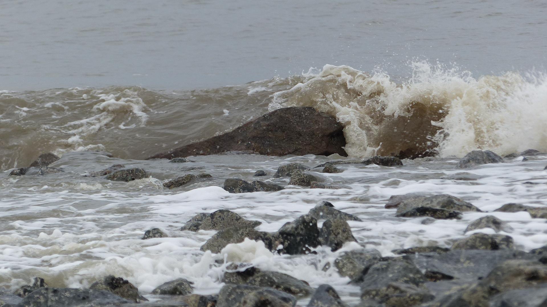 Die Nordseewellen trecken an den Sylter Strand